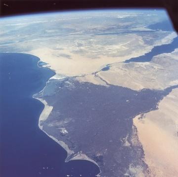 Delta del Nilo, Egipto y el mar Mediterráneo a la izquierda,  el Canal de Suez y el mar Rojo. Vista desde el satélite artificial Géminis IV. Las zonas oscuras son áreas cultivadas.
