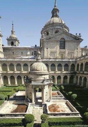 Patio de los Evangelistas de El Escorial. El claustro de estilo renacentista, construido ya en época de Felipe II, marca un punto central en la vida del monasterio. Se trata de un claustro que contiene, en el centro, un templete dórico realizado por Juan de Herrera con estatuas de los cuatro evangelistas.