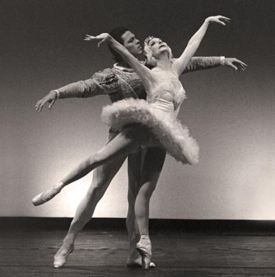 Alicia Alonso en 1994 junto al primer bailarín Lienz Chang en El Lago de los Cisnes.