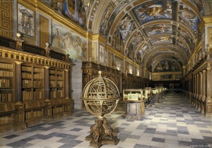 La grandiosa biblioteca fundada por Felipe II, gran defensor del arte y la cultura. Los frescos del techo de esta sala ricamente decorada, de 54 metros de largo, son de Pellegrino Tibaldi (1527-1596) y Vicente Carducho (1578-1638).
